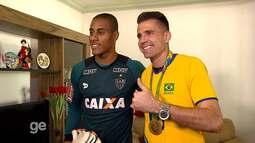 O Sano e o ouro: Victor visita casa de Lucarelli, e jogadores trocam camisas