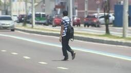 Apesar de riscos, pedestres continuam se arriscando ao atravessar fora da faixa