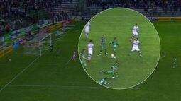 Lance polêmico de interpretação do árbitro sobre bola na mão de Bruninho