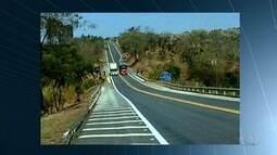 Caminhoneiro faz ultrapassagem proibida em alta velocidade, em Catalão