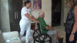Cuidadores de idosos se integram à rotina de famílias