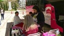 Ônibus rosa leva informação sobre prevenção contra o câncer de mama por SP