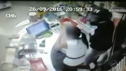 Vídeo mostra criminoso armado ameaçando funcionária de farmácia