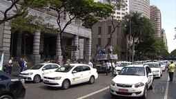 Taxistas fazem carreata por vias de Belo Horizonte