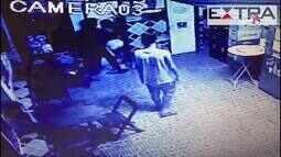 Imagens de câmera de segurança mostram abordagem de suspeitos de estupro a vendedora