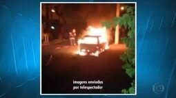 Carro fica destruído após pegar fogo no bairro Nova Suíça, em Belo Horizonte