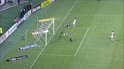 Rafael Costa ajeita para Serginho, mas goleiro chega antes e salva aos 19 do 2º tempo