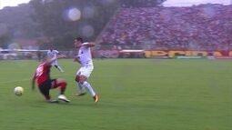 Jogadores do Vitória reclamam de pênalti em dois lances seguidos