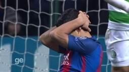 Messi faz linda jogada individual, rola para Suárez que chuta bola na trave aos 38' do 2º