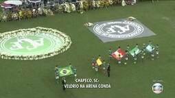 Crianças da escolinha da Chapecoense carregam bandeiras do Brasil, Colômbia e Chapecoense