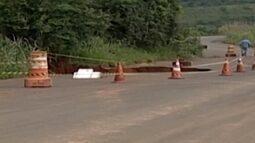 Chuvas causam estragos em estrada que dá acesso à comunidade em Araxá