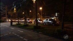 Taxistas ocupam faixa de avenida durante manifestação em Sorocaba