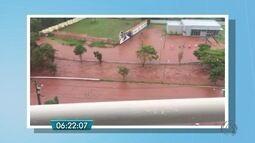 Chuva causa estragos, alagamentos e arrasta carros e pessoas em Campo Grande