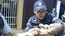 Resultado de imagem para Bebê de 5 meses é salvo por PMs em Brasília; veja vídeo