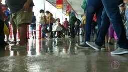Chuva atinge terminal rodoviário de Petrópolis, no RJ