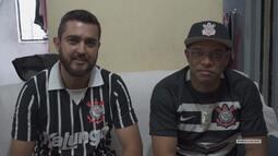 Vai, Corinthians - Amigos são surpreendidos pela visita da Taça do Mundial de Clubes