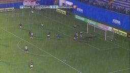 André rouba a bola dentro da área e bate, mas Thiago salva em cima da linha aos 22 do 2º