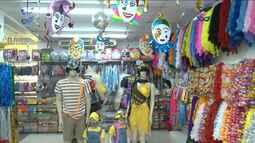 Lojistas investem em decoração de vitrines para aumentar as vendas no Carnaval