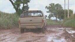 Chuva e barro dificultam transporte em vicinal que liga Casa Branca a Itobi