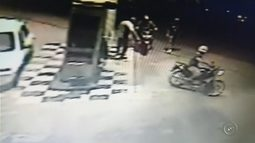 Câmera flagra suspeito de homicídio comprando combustível