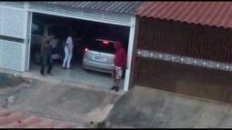 Vizinho flagra três bandidos roubando carro em Samambaia