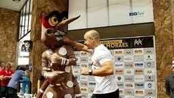 Lutador de MMA participa de ação contra o mosquito da dengue em Nova Friburgo, no RJ