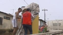 Moradores deixam casas após forte chuva, em Porto Velho