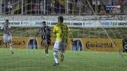 Rafael Chorão recebe na frente, mas cai na área e fica pedindo pênalti aos 9 do 2º tempo