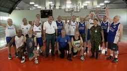 Time de basquete reúne idosos com mais de 60 anos