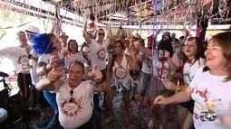 Foliões se concentram para desfile de blocos de carnaval em Goiânia