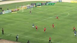 Na primeira grande chance do CSA, Jaco chuta para defesa do goleiro Juliano