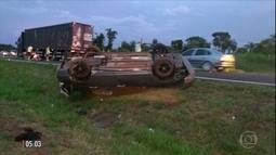 Três jovens morrem e uma fica ferida após carro capotar em rodovia de SP