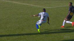 Vítor Feijão, do Paraná, tenta o drible e sofre lesão no joelho esquerdo