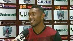Jogador da Ferroviária paga promessa após vitória contra o Santos