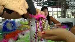Crianças aprendem fazer brinquedos em casa para o Carnaval