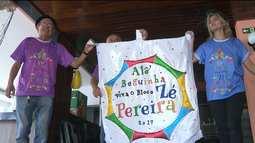 Foliões se preparam para a saída do 'Zé Pereira'