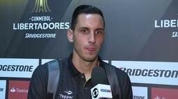 Gatito Fernanández comemora as defesas de pênalti contra o Olímpia