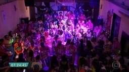 Paulistanos fazem festa de despedida para quem vai curtir carnaval fora da capital