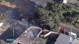 Incêndio atinge oficina no bairro Mantiqueira, em Belo Horizonte