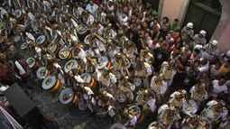 Olodum arrasta multidão pelas ruas do Pelourinho, em Salvador