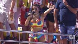 Anitta canta Louca no circuito Barra-Ondina