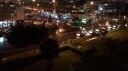 Vídeo mostra foliões se aglomerando em posto de gasolina no DF