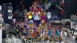 Veja os melhores momentos dos desfiles das escolas de samba de SP