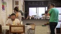 Café cobra do consumidor pelo tempo em que ele fica no local