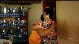 Após 48 anos, mulher reencontra irmã 'anunciada' em rádio para adoção em Goiás