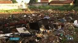 Moradores reclamam de lixo acumulado no Jardim Europa, em Goiânia
