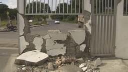 Moradores temem acidentes após terem casa invadida por veículos, no AM