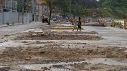 Prainha, em Arraial do Cabo, RJ, continua com entulhos dos quiosques desmontados