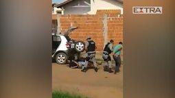PMs filmados agredindo homens algemados a pauladas no Acre são detidos