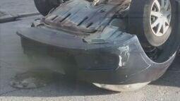 Motorista perde o controle do carro e capota em Santos